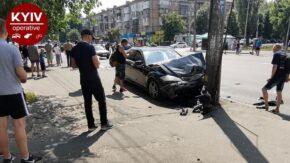 В Киеве пьяный мойщик угнал клиентский Mercedes, ударил им два авто и чуть не влетел в остановку с людьми