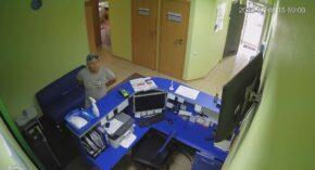В Сумах ищут мужчину, который обворовал офис и попал на камеру